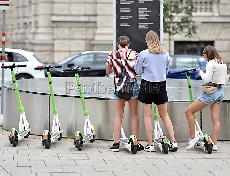 junge frauen auf e scooter in