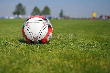 ein fussball auf dem sportplatz salzkammergut