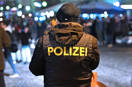 polizeikontrolle bei einer corona demonstration in