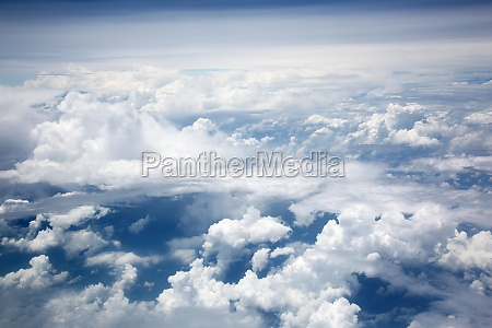 blick von oben auf haufenwolken ueber