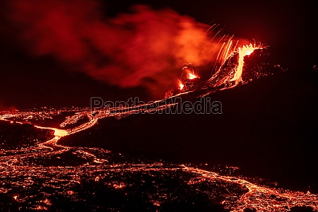 fagradalsfjall volcanic eruption at night iceland