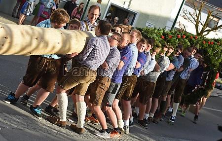 maiaum aufstellen im salzkammergut oberoesterreich OEsterreich