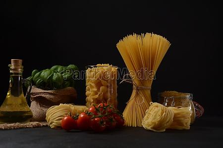 various types of italian pasta uncooked