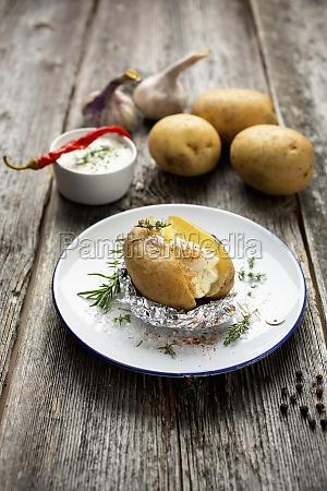 jacket potato with yoghurt herb dip