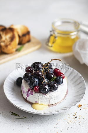 baked camembert with red grapes and