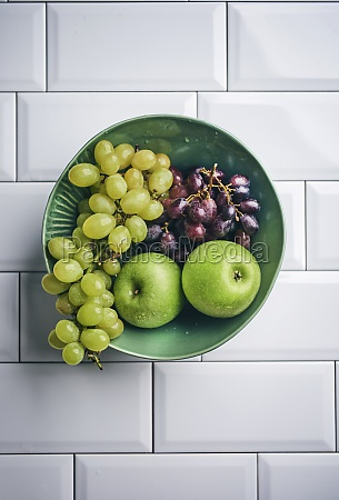 blue and green table grapes granny