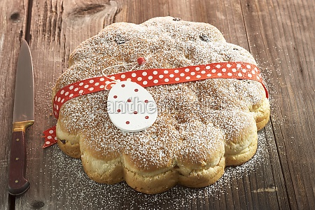 yeast easter bread with sultanas lemon