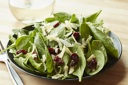 a spinach salad with goats cheese