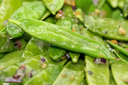 mange tout with an onion dressing