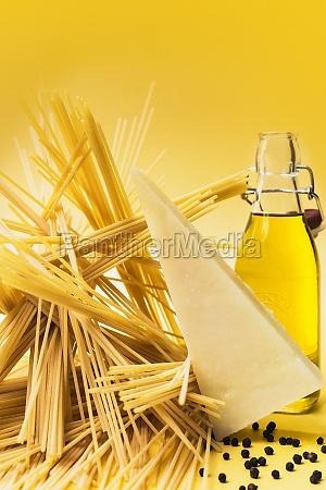 spaghetti parmesan peppercorns and olive oil