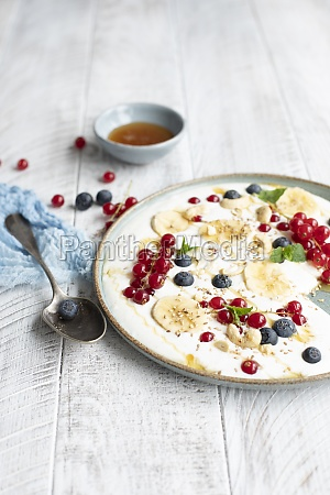berry yoghurt with berries and bananas