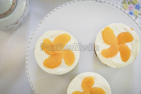sponge cakes topped with cream cheese