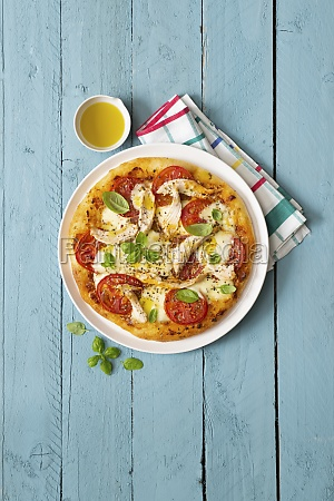 flatbread pizza with ripped chicken and