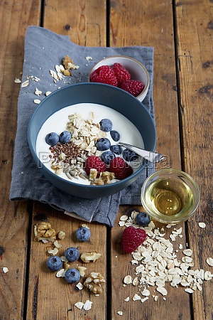 yoghurt with berries and oats