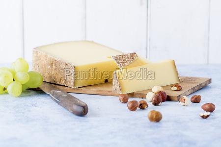 hard cheese hazelnuts and grapes