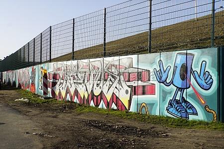zahlreiche grafitti auf einer mauer