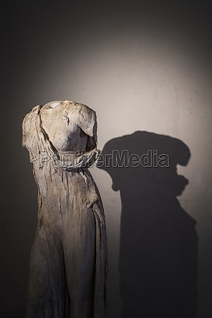 the, stuatue, shadow, in, te, museum - 30541180